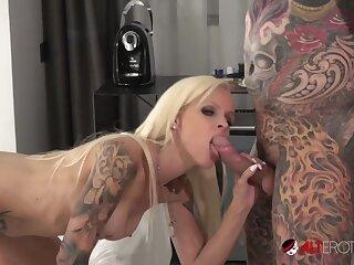 Tattooed MILF Sophie Logan sucks a bushwa