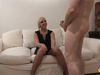 Quickie gender in eradicate affect living-room with smokin' hot wife Scarlet Lovatt